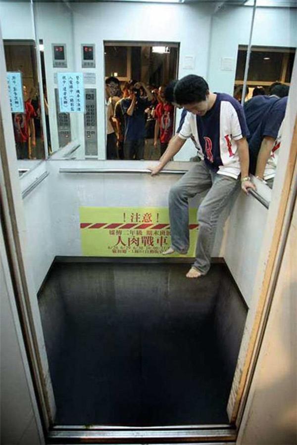 Chắc chắn sẽ nhiều người thót tim khi bước vào chiếc thang máy này.