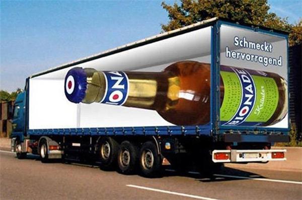 Ảnh quảng cáo gây ấn tượng với chiếc chai 'ảo' khổng lồ.