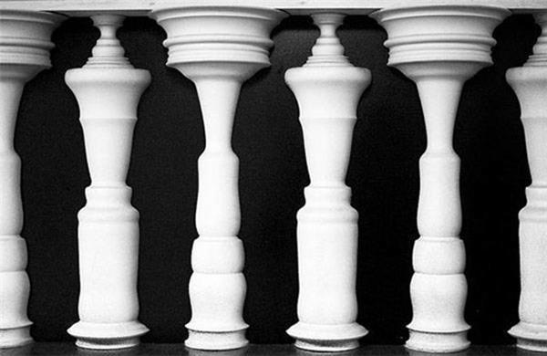 Bạn có nhìn thấy hình người giữa những chiếc cột.