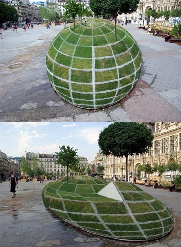 Quả địa cầu bằng cỏ trên mặt đường.