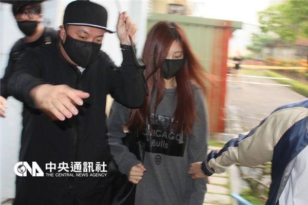 """Tzuyu nhận chỉ trích vì """"làm lãng phí nhân lực hành chính"""""""