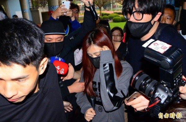 Tzuyu khó khăn di chuyển trong vòng vây của truyền thông