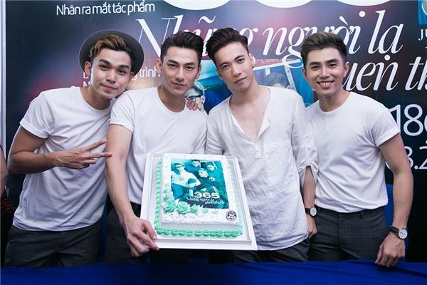 Cả nhóm còn được ưu ái tặng một chiếc bánh cực đẹp do fan chuẩn bị nhằm kỉ niệm ngày phát hành sách. - Tin sao Viet - Tin tuc sao Viet - Scandal sao Viet - Tin tuc cua Sao - Tin cua Sao