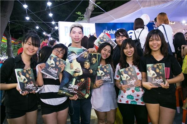 Theo số liệu, đã có hơn 2000 đơn đặt hàng online và 1000 cuốn được bán trực tiếp tại hội sách.. Theo lịch trình, cả nhóm sẽ tiếp tục kí tặng cho fan vào hai ngày 24 và 25/03 để đáp lại sự yêu mến của mọi người. - Tin sao Viet - Tin tuc sao Viet - Scandal sao Viet - Tin tuc cua Sao - Tin cua Sao