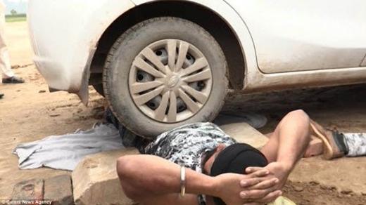 Anh Singh, hiện sống ở Kurushetra thuộc bang Haryanan (Ấn Độ), trình diễn nằm cho xe ô tô cán qua mà không hề bị thương.