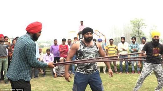 Singh bắt đầu luyện tập môn võ Sikh từ năm lên 10 tuổi và sử dụng những kỹ năng học được để biểu diễn.