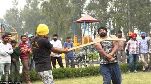 Cho tới nay, Singh đã thực hiện tới 2.500 màn trình diễn mạo hiểm khác nhau. Thành tích này khiến anh trở nên nổi tiếng khắp Ấn Độ.