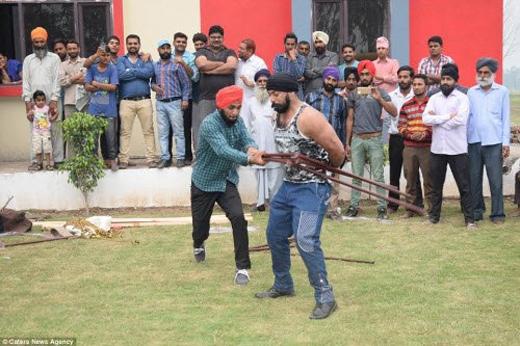 Singh không hề cảm thấy đau đớn khi người khác dùng những thanh thép đánh vào bụng.