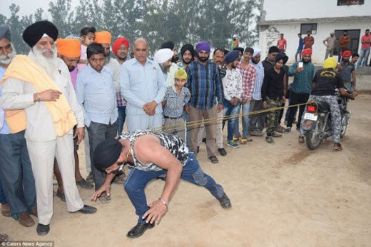 'Dị nhân' Ấn Độ trổ tài kéo co với xe máy.