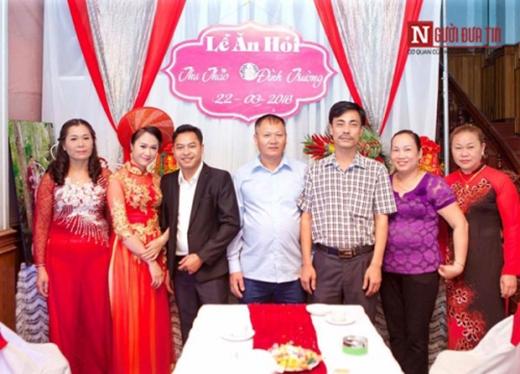 Ảnh vợ chồng Thảo chụp cùng gia đình 2 bên trong lễ ăn hỏi.
