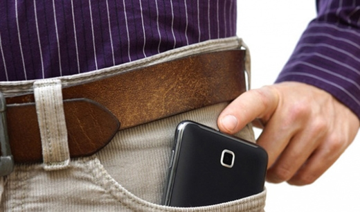 Những người đàn ôngđể điện thoại trong túi quần sẽbị giảm đi một số lượng lớn tinh trùng. (Ảnh: Internet)