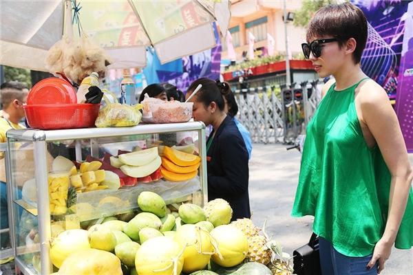Sau khi tập luyện, Tóc Tiên vô tư ghé một xe bán trái cây xiên bên đường và vui vẻ chọn những quả mình yêu thích. - Tin sao Viet - Tin tuc sao Viet - Scandal sao Viet - Tin tuc cua Sao - Tin cua Sao