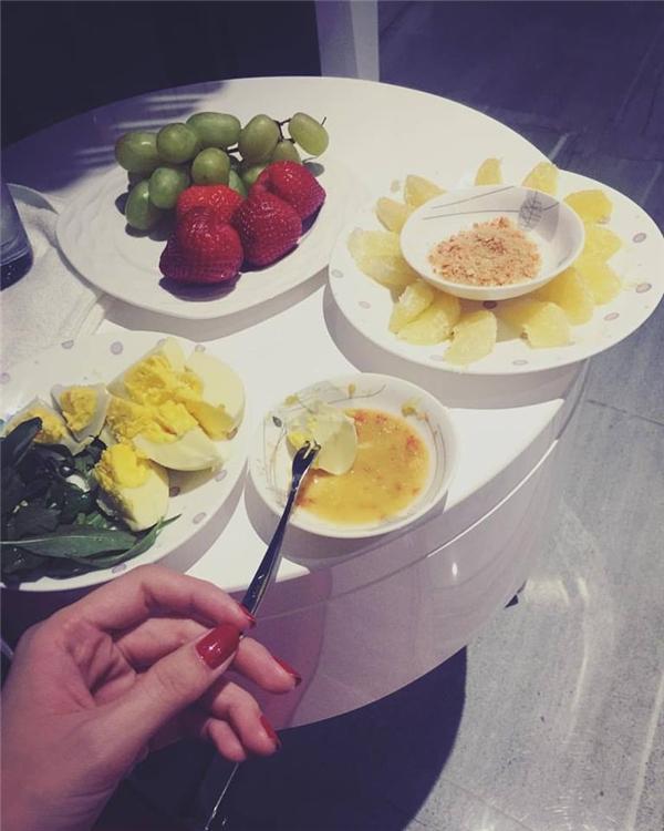 Có nhiều tiền nhưng mỗi bữa ăn của Ngọc Trinh lại vô cùng giản dị. - Tin sao Viet - Tin tuc sao Viet - Scandal sao Viet - Tin tuc cua Sao - Tin cua Sao
