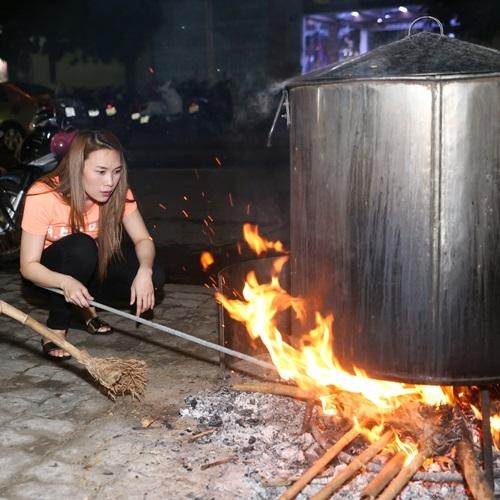 Dù đã nổi tiếng và có vị thế cao trong làng giải trí, nhưng nữ ca sĩ vẫn thích tự tay làm những việc mình yêu thích, từ chuyện nhóm bếp, thổi lửa, cho thực hiện những món ăn dân dã. Với Mỹ Tâm,đó là niềm vui! - Tin sao Viet - Tin tuc sao Viet - Scandal sao Viet - Tin tuc cua Sao - Tin cua Sao