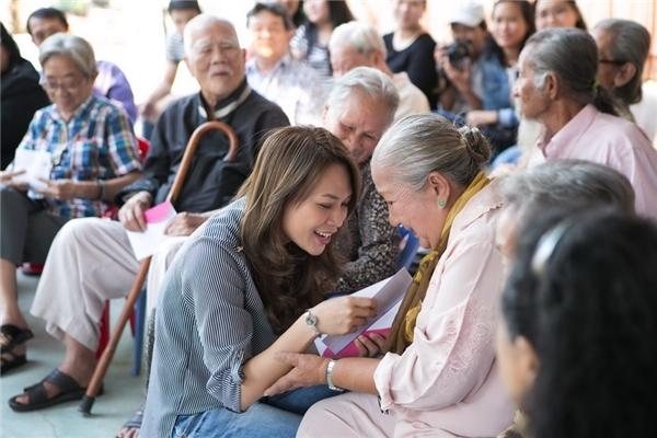 """Ngoài sự giản dị, """"họa mi tóc nâu"""" còn thường xuyên tham gia các hoạt động cộng đồng. Nữ ca sĩ luôndành tình cảm đặc biệt đến các vị nghệ sĩ lão thành đã cống hiến cả cuộc đời cho nghệ thuật. - Tin sao Viet - Tin tuc sao Viet - Scandal sao Viet - Tin tuc cua Sao - Tin cua Sao"""
