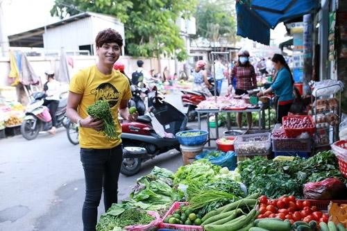 Nam ca sĩ vẫn đích thân đi chợ mua đồ mỗi ngày để chuẩn bị bữa ăn. - Tin sao Viet - Tin tuc sao Viet - Scandal sao Viet - Tin tuc cua Sao - Tin cua Sao