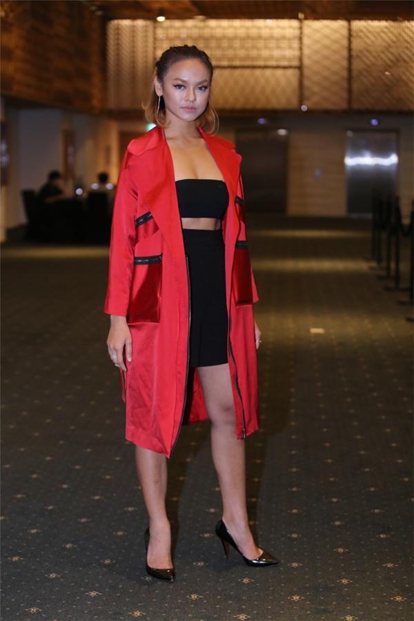 Quỳnh Mai diện trang phục gợi cảm kết hợp cả cây đen bên trong cùng áo khoác đỏ bên ngoài. Cô đến ủng hộ nhà thiết kế Đặng Hải Yến trình làng bộ sưu tập mới. - Tin sao Viet - Tin tuc sao Viet - Scandal sao Viet - Tin tuc cua Sao - Tin cua Sao