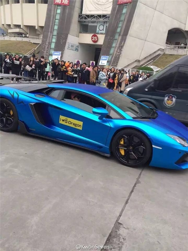 Fan GD 'chơi trội' lái Lamborghini tới fanmeeting. (Ảnh: Internet)