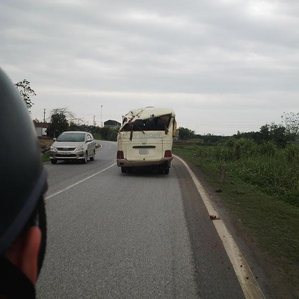 Chiếc xe khách trong tình trạng hư hỏng đang lưu thông trên đường - (Ảnh: otofun)