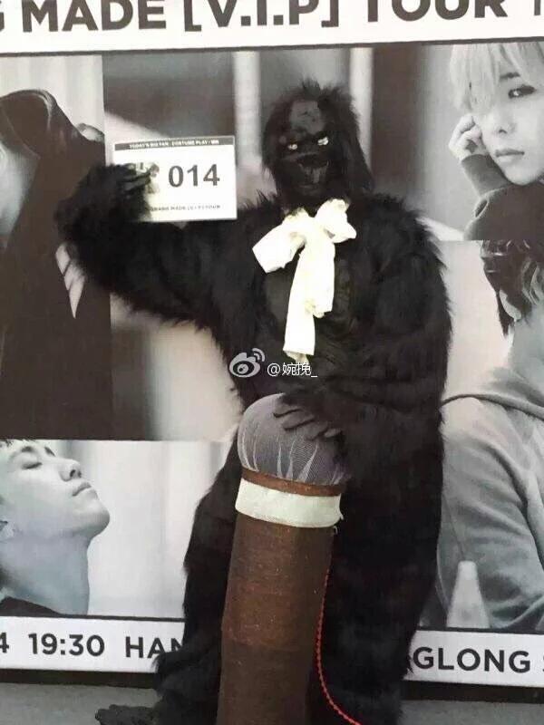 Một fan hóa thân thành vượn giống MV Doom Dada của T.O.P. (Ảnh: Internet)