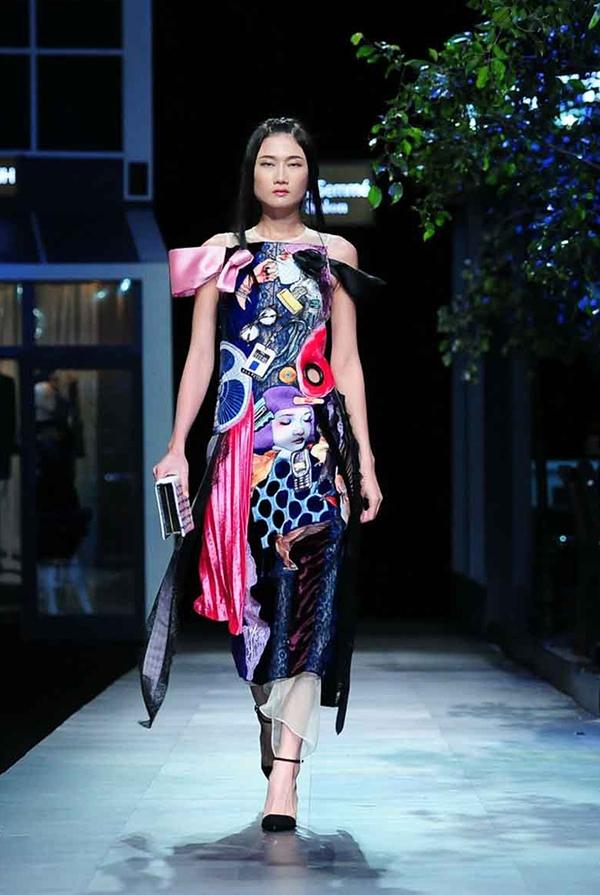 Càng về sau, các thiết kế càng trở nên cầu kì, phức tạp hơn với nhiều lớn chất liệu, trang phục đan lồng vào nhau.