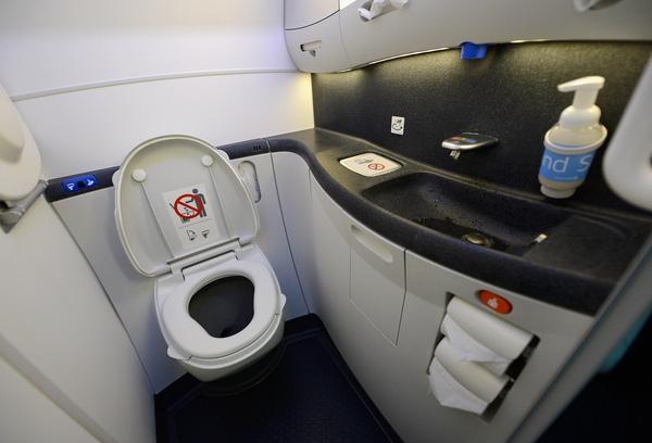 """""""Sản phẩm"""" của chúng ta khi đi vệ sinh trên máy bay sẽ đi đâu về đâu?"""