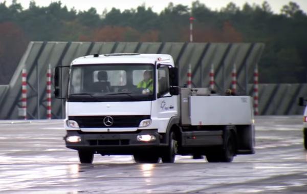 """Chiếc xe tải làm nhiệm vụ hút chất thải trên máy bay """"honey truck""""."""