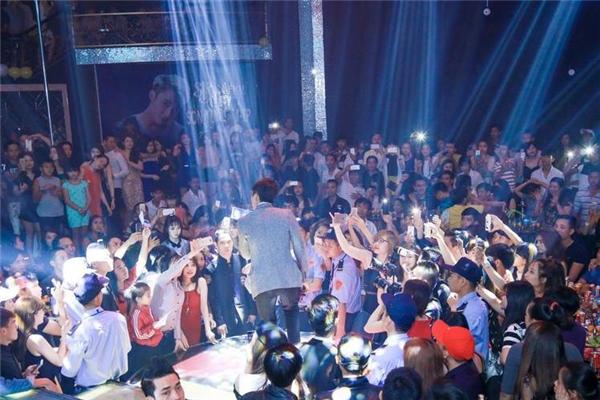 """Lượng khán giả """"khổng lồ"""" luôn vây quanh Sơn Tùng mỗi lần đến điểm diễn là thứ mà không ít ca sĩ khao khát có được. (Nguồn ảnh: Internet) - Tin sao Viet - Tin tuc sao Viet - Scandal sao Viet - Tin tuc cua Sao - Tin cua Sao"""