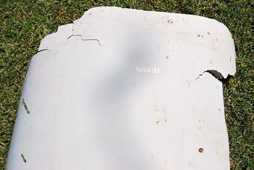 Mảnh vỡ máy bay mà cậu bé Nam Phi Liam Lotter đã phát hiện được trong lúc đi nghỉ cùng gia đình. (Ảnh: Candace Lotter/AP)