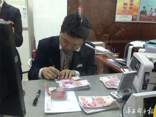 Cuối cùng thì ông Lý cũng đã được đổi lại những tờ tiền mới còn nguyên vẹn. (Ảnh: Internet)