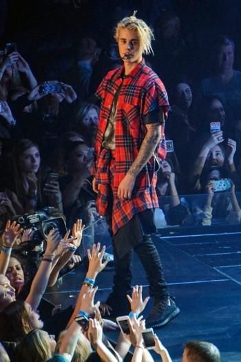 Justin Bieber cũng mangYeezy 350 Boost Low. (Ảnh: Intenet)