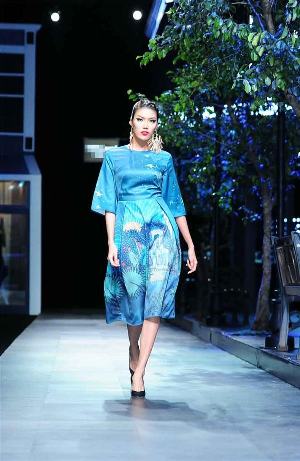 Trong bộ sưu tập này, Lan Khuê còn diện 1 thiết kế khác với tông màu xanh biển dịu mát. Thiết kế có phom cổ điển mang lại vẻ ngoài thanh lịch nhưng không kém phần ấn tượng cho người mặc.