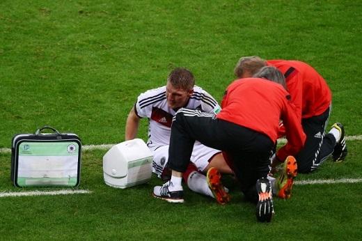Bastian vừa tái phát chấn thương đầu gối trong đợt tập trung vừa qua. (Ảnh: Internet)