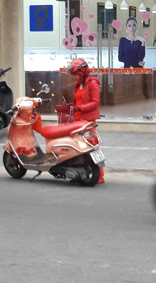 Soi thật kĩ bạn mới phát hiện ra fan cuồng màu đỏ là đây!(Ảnh: Internet)