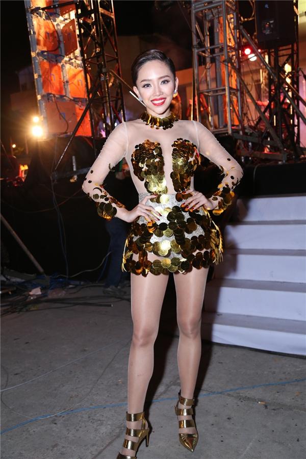 """Giữa dàn mĩ nữ của đêm nhạc, Tóc Tiênvẫn """"nổi bầnbật"""" với lựa chọn trang phục vàng ánh kim đi kèm giày phối cùng tông màu. - Tin sao Viet - Tin tuc sao Viet - Scandal sao Viet - Tin tuc cua Sao - Tin cua Sao"""