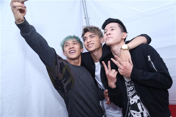 Nam ca sĩ luôn vui vẻ selfie cùng bạn bè và fantrong mọi tình huống. - Tin sao Viet - Tin tuc sao Viet - Scandal sao Viet - Tin tuc cua Sao - Tin cua Sao