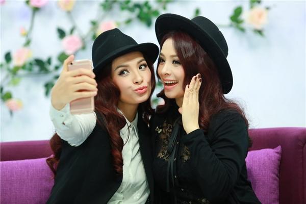 Hai chị em Thúy Hạnh - Thúy Hằngtranh thủ ghi lại những bức ảnh đẹp - Tin sao Viet - Tin tuc sao Viet - Scandal sao Viet - Tin tuc cua Sao - Tin cua Sao