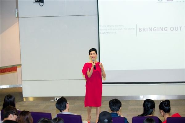 Siêu mẫu Xuân Lan xuất hiện trong trang phục đỏ rực rỡ, tự tin đem đến những gì chắt lọc nhất của cuộc sống truyền cảm hứng đến các bạn trẻ. - Tin sao Viet - Tin tuc sao Viet - Scandal sao Viet - Tin tuc cua Sao - Tin cua Sao
