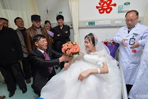 Anh Bành cầm hoa quỳ xuốngcầu hôn chị Dương. (Ảnh; Internet)