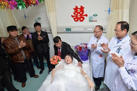 Gia đình hai bên cũng như các bác sĩ, y tá trong bệnh viện đều vỗ tay chúc mừng hỷ sự này. (Ảnh: Internet)