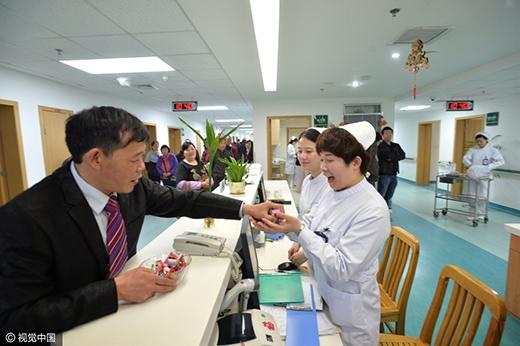 Anh Bành đi chia kẹo cưới cho các nhân viên trong bệnh viện. (Ảnh: Internet)