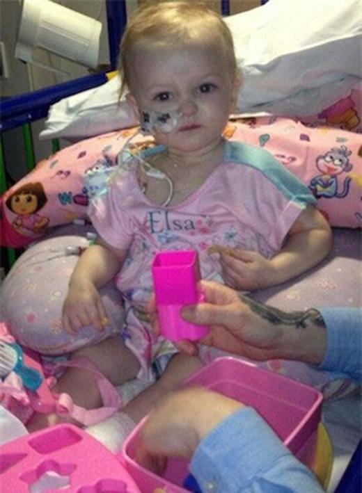 Mỗi giờ, bé đang bị khối u hiếm gặp gây đau đớn.