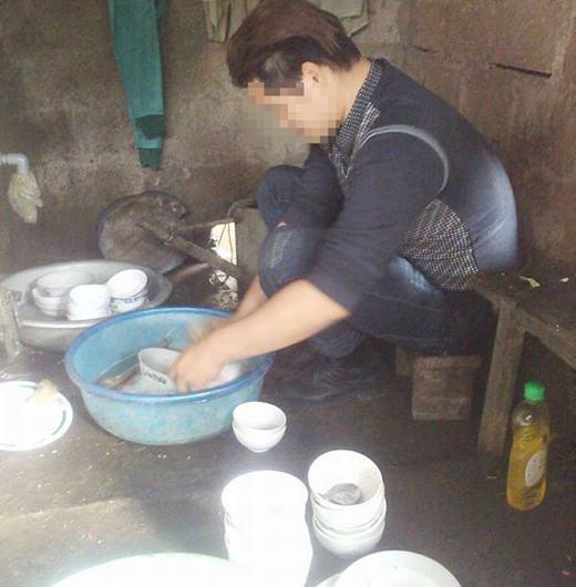 Vợ chăm con ốm, chồng 'soái ca' tranh thủ trưa về rửa bát hút nghìn like của dân mạng