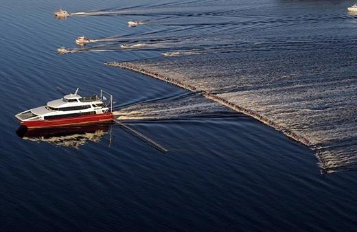 Nhìn có vẻ chiếc tàu đang kéo theo cái cày, nhưng thực chấtnó đang kéo 145 người trượt trênnước. (Ảnh: Internet)