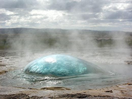 Khoảnh khắc một mạch nước ngầm đang chuẩn bị phun trào. (Ảnh: Internet)