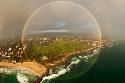 Cầu vồng 360 độ hiếm gặp được chụp lại từ máy bay. (Ảnh: Internet)