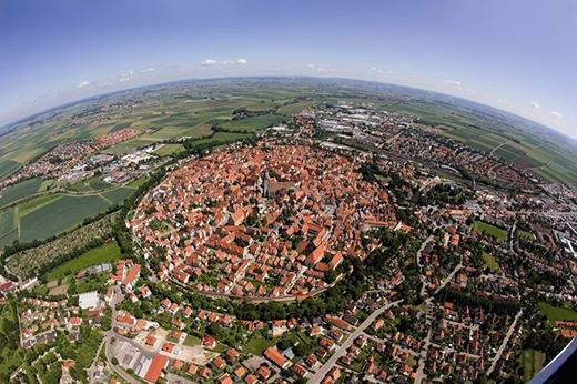 Tấm phim chụp trước và sau khi điều trị chứng vẹo cột sống. (Ảnh: Internet)   Thị trấn Bavarian của Nordlingen được xây dựng trên khu đất mà trước kiathiên thạch 14 triệu tuổi đã rơi xuống. (Ảnh: Internet)