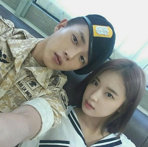 Park Hwan Hee chụp cùng bạn diễn ở hậu trường. (Ảnh: Internet)