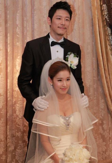"""Y tá xinh đẹp """"Hậu duệ"""" kết hôn từ năm 2011. (Ảnh: Internet)"""