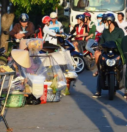"""Bụi bẩn, khói xe có thể nhanh chân """"đáp"""" vào các thức ăn nhanh được bán hai bên lề đường.(Ảnh: Internet)"""